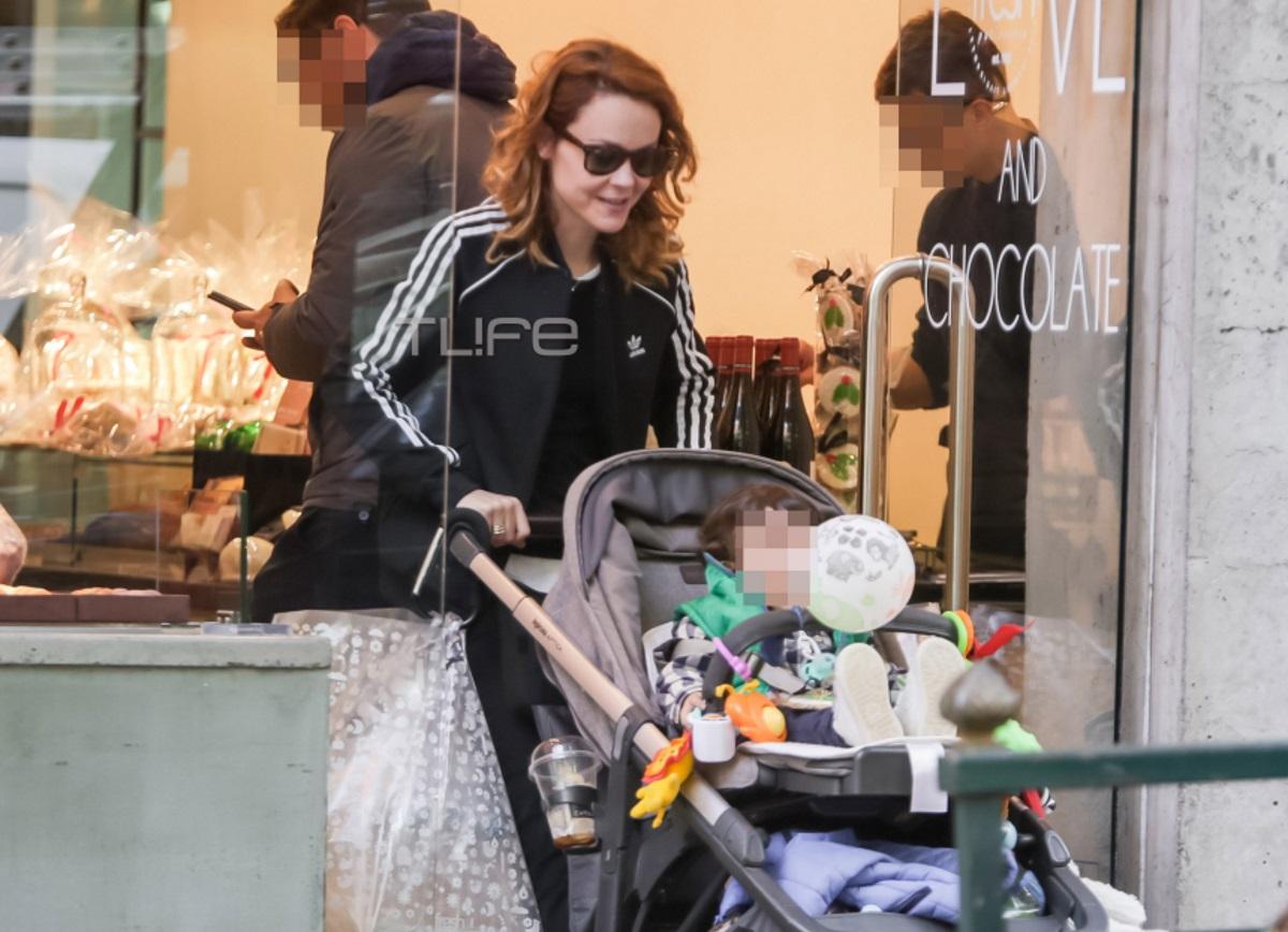 Λένα Παπαληγούρα: Χαλαρή βόλτα στο κέντρο της Αθήνας μαζί με τον ενός έτους γιο της [pics]