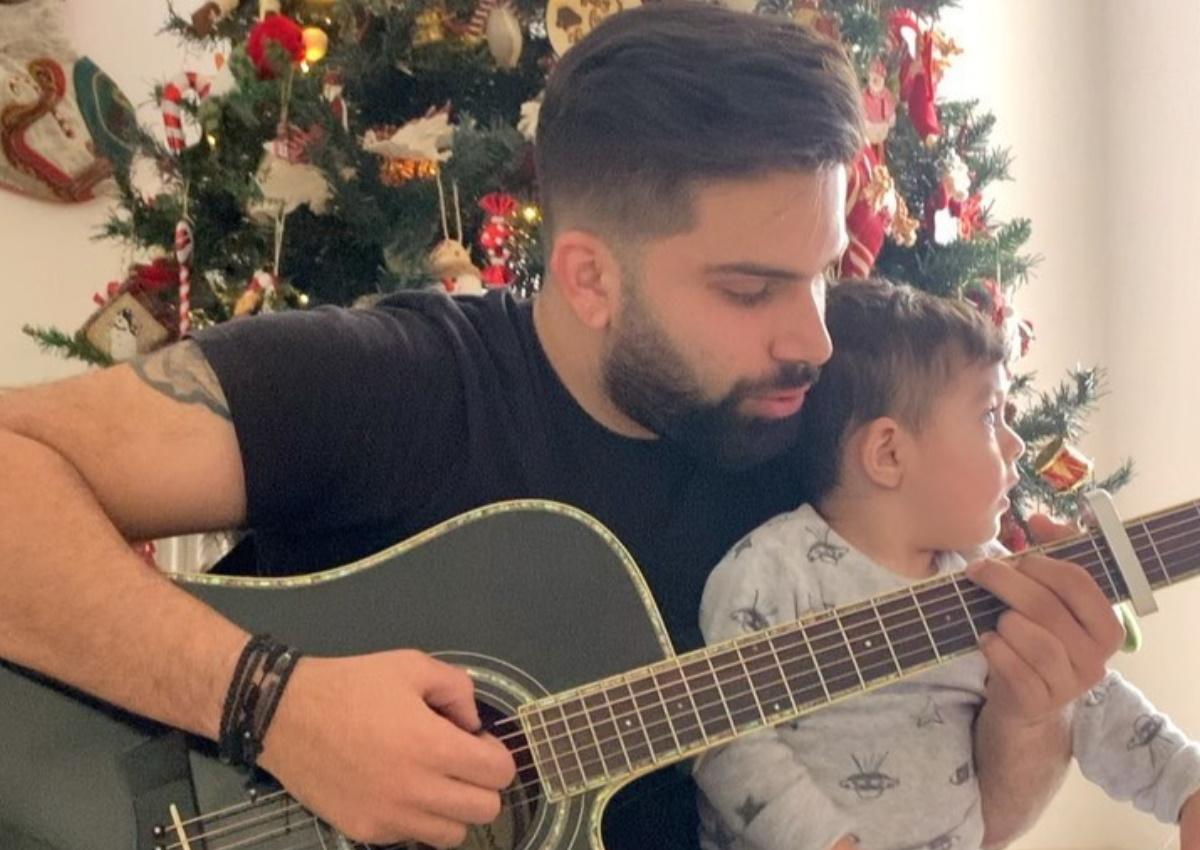 Ανδρέας Λέοντας: Τραγουδά μπροστά στο χριστουγεννιάτικο δέντρο αγκαλιά με τον γιο του [video]