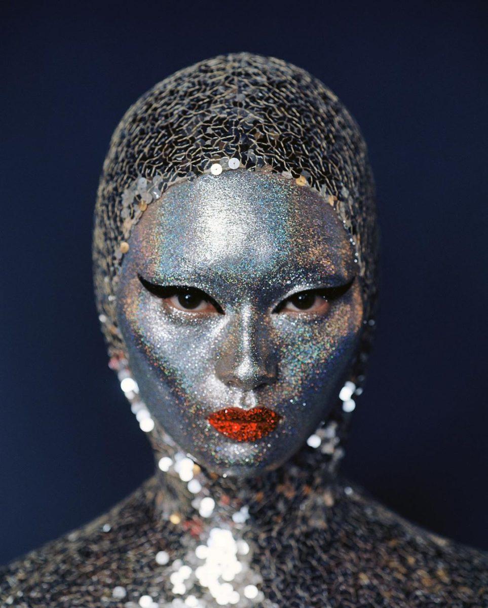 Η Pat McGrath κάλυψε τα πρόσωπα των μοντέλων με ασημί glitter στο show του Valentino!   tlife.gr