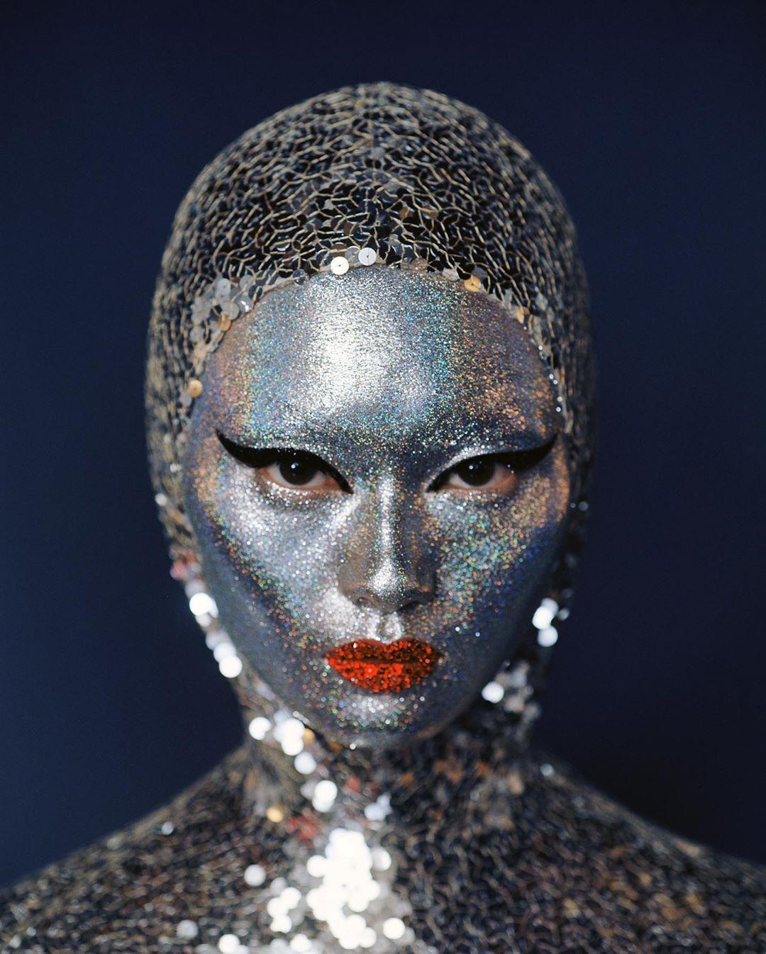 Η Pat McGrath κάλυψε τα πρόσωπα των μοντέλων με ασημί glitter στο show του Valentino!