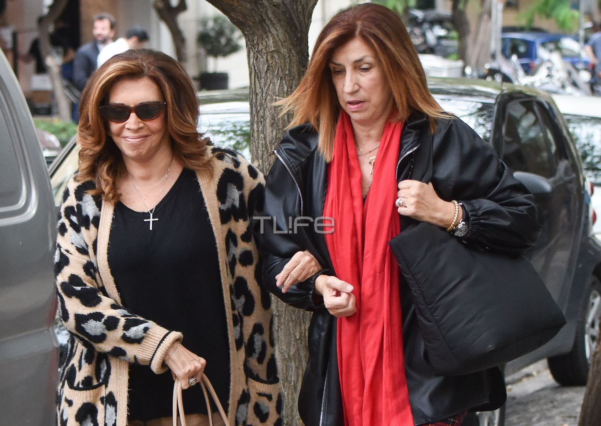 Μιμή Ντενίση: Βόλτα στο κέντρο της Αθήνας παρέα με την αδερφή της, Σοφία! [pics]