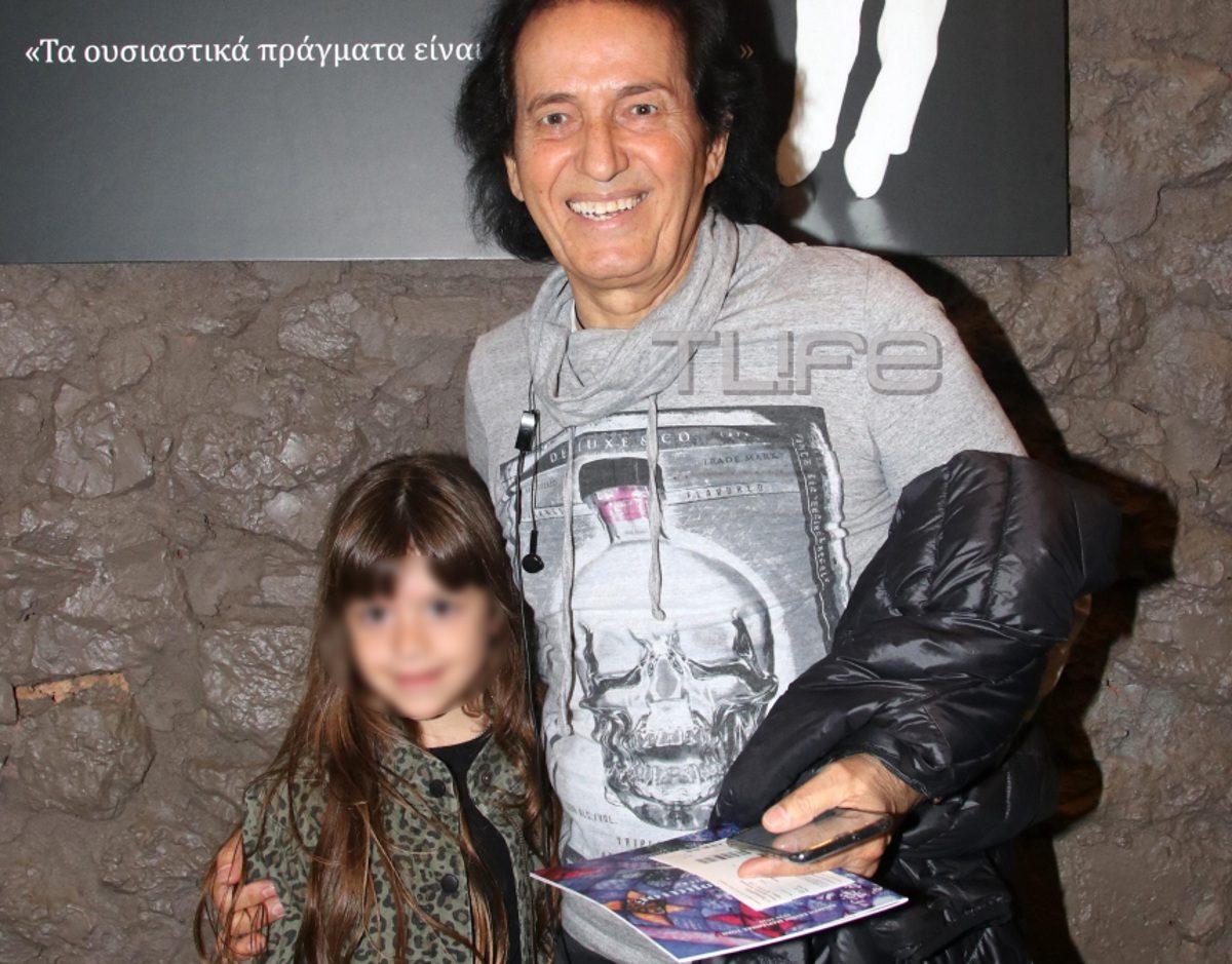 Πασχάλης: Στο θέατρο με την κούκλα εγγονή του Αλίκη! [pics] | tlife.gr
