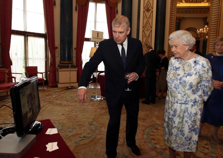 Η βασίλισσα Ελισάβετ, παύει τον πρίγκιπα Άντριου από τα βασιλικά του καθήκοντα