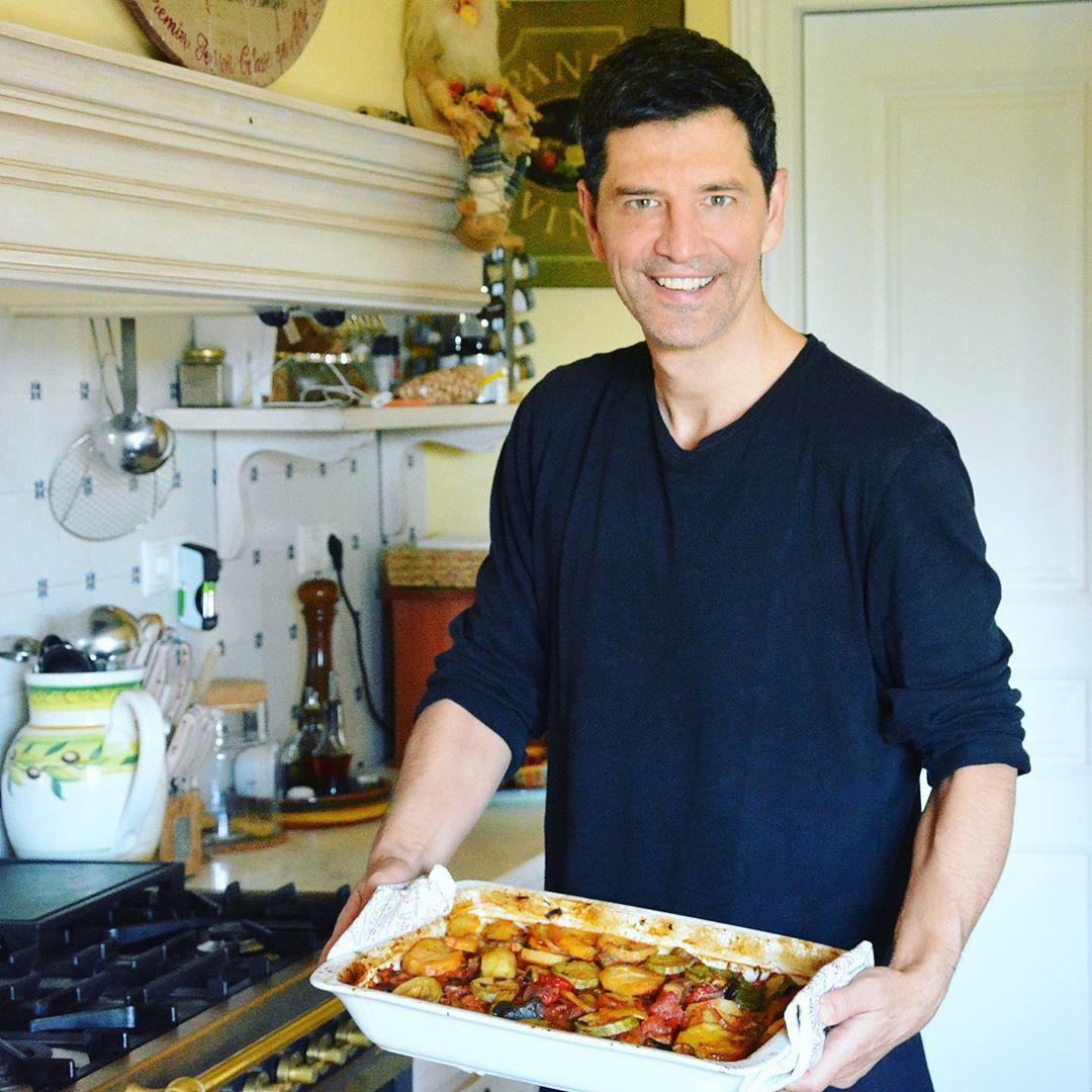 Σάκης Ρουβάς: Μπήκε στην κουζίνα και μαγείρεψε μπριάμ! (εικόνα)