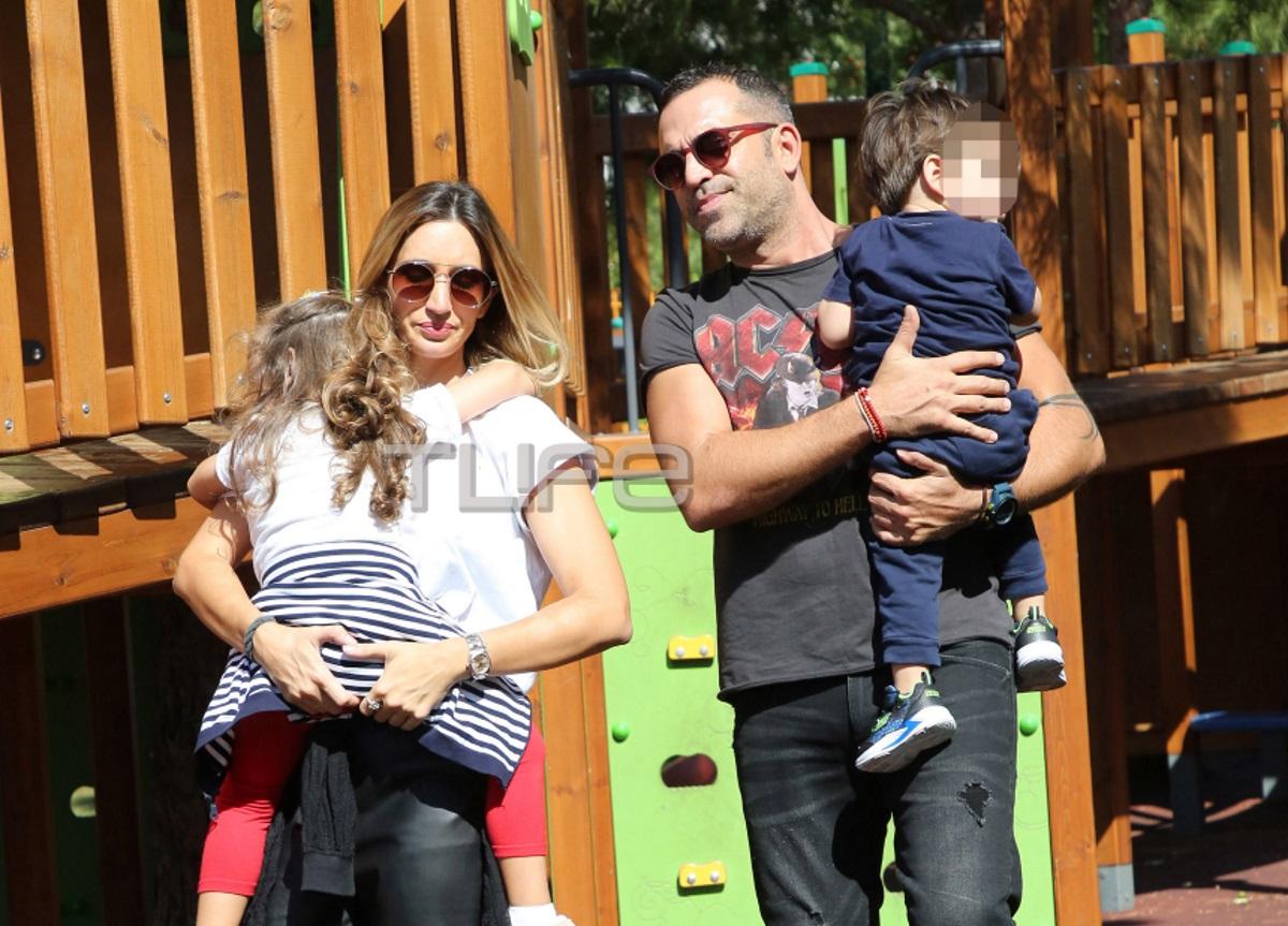 Στέφανος Κωνσταντινίδης – Μαρία Δήμου: Οικογενειακή βόλτα στην παιδική χαρά [pics]