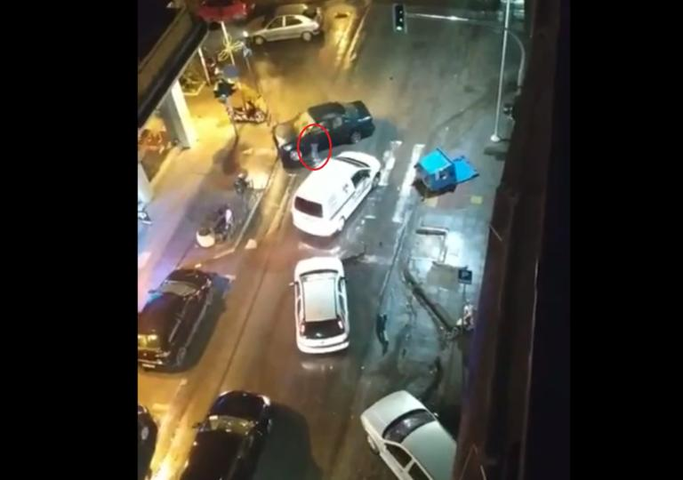 Θεσσαλονίκη: Παρέσυρε αυτοκίνητο, μηχανή και απλά… έφυγε!
