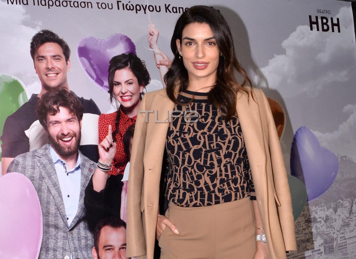 Τόνια Σωτηροπούλου: Chic εμφάνιση σε θεατρική πρεμιέρα! [pics]