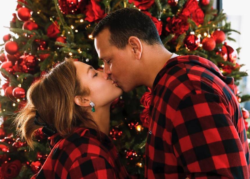 Δες τι φόρεσαν οι διάσημοι κάτω από το χριστουγεννιάτικο δέντρο! | tlife.gr