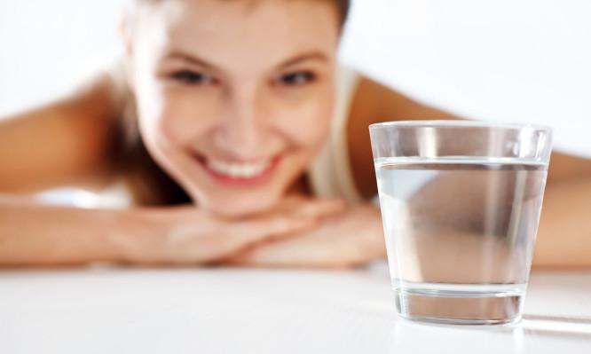 Νερό με άδειο στομάχι το πρωί: Τι δημιουργεί στον οργανισμό | tlife.gr