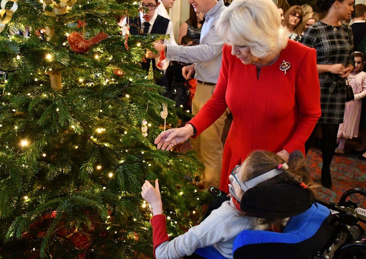 Καμίλα: Στόλισε τα βασιλικά ανάκτορα μαζί με δεκάδες παιδιά! [pics] | tlife.gr
