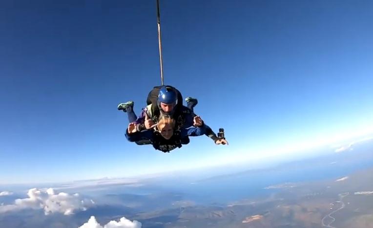 Ποια Ελληνίδα παρουσιάστρια έκανε δώρο στον εαυτό της «ελεύθερη πτώση» από αεροπλάνο; Video | tlife.gr
