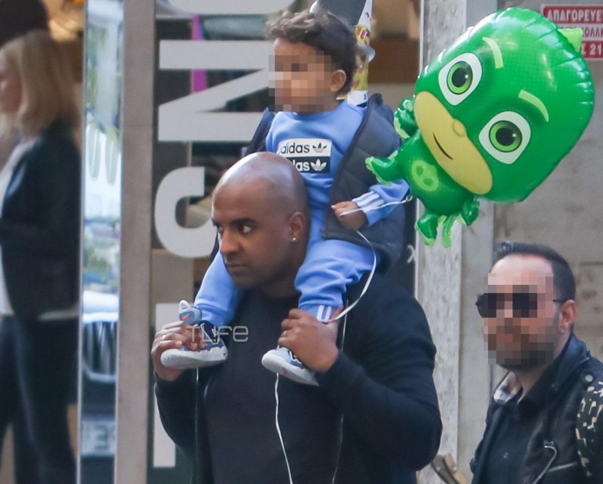 Ησαΐας Ματιάμπα: Είναι χαζομπαμπάς! Οι βόλτες με τον ενός έτους γιο του στο κέντρο της Αθήνας [pics]