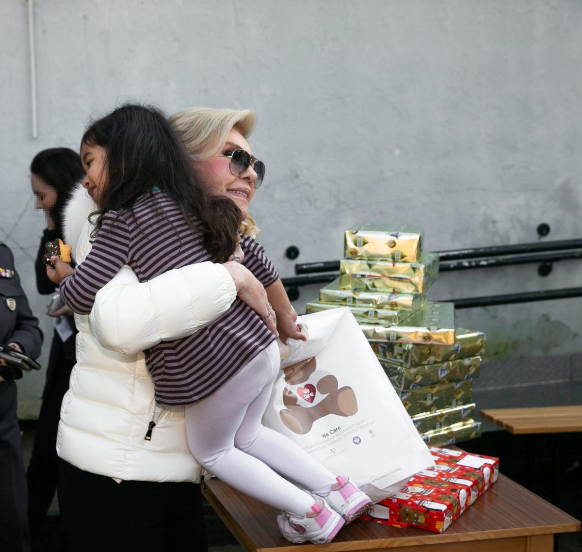 Μαριάννα Βαρδινογιάννη: Επίσκεψη στα παιδιά προσφύγων στο Σχιστό   tlife.gr