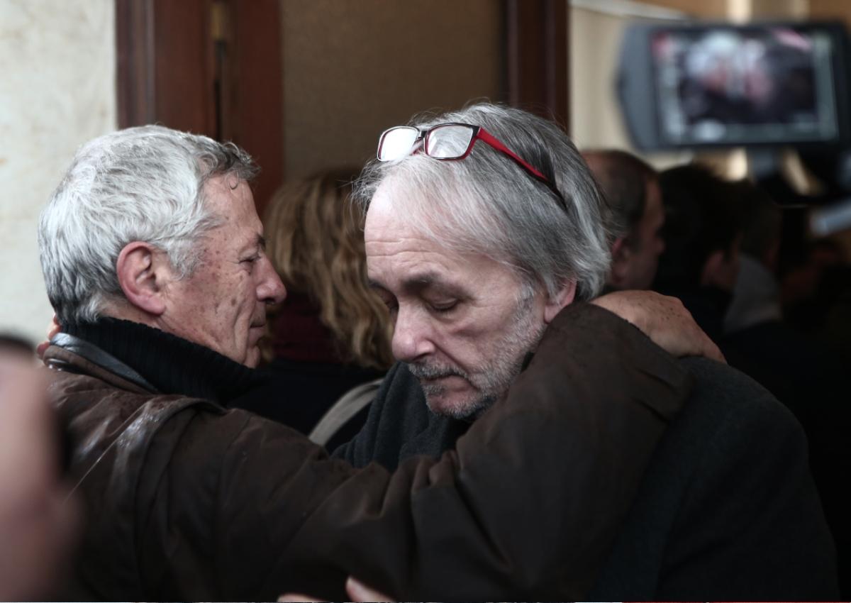 Ανδρέας Μικρούτσικος: Συντετριμμένος στην κηδεία του αδελφού του Θάνου [pics]