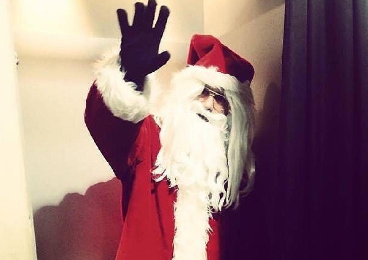 Ο Έλληνας παρουσιαστής ντύθηκε Άγιος Βασίλης και στέλνει τις ευχές του για τις γιορτές! | tlife.gr