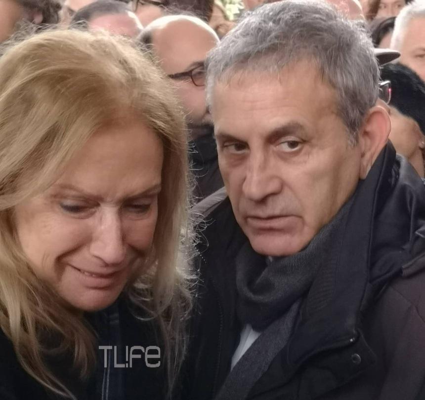 Άννα Νταλάρα: Λύγισε  στην κηδεία του Θάνου Μικρούτσικου | tlife.gr