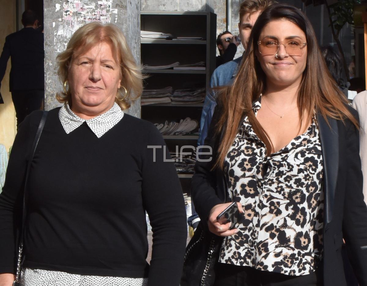 Έλενα Παπαρίζου: Βόλτα με τη μητέρα της Φρόσω στο Κολωνάκι! Φωτογραφίες