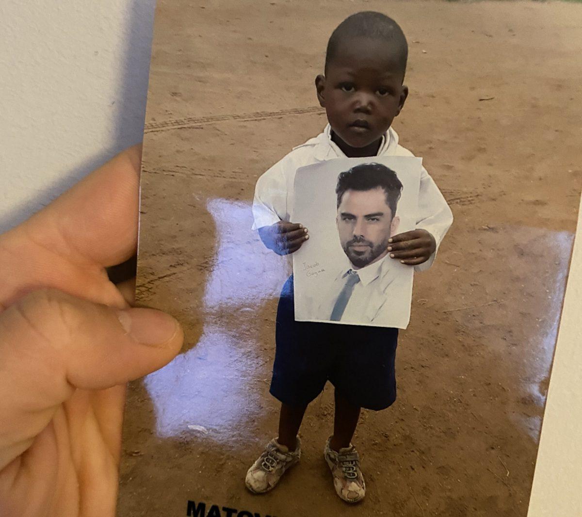 Ιάκωβος Γκόγκουα: H φωτογραφία με τον μικρό Τζόβερο απο την Ουγκάντα που μας συγκίνησε! | tlife.gr