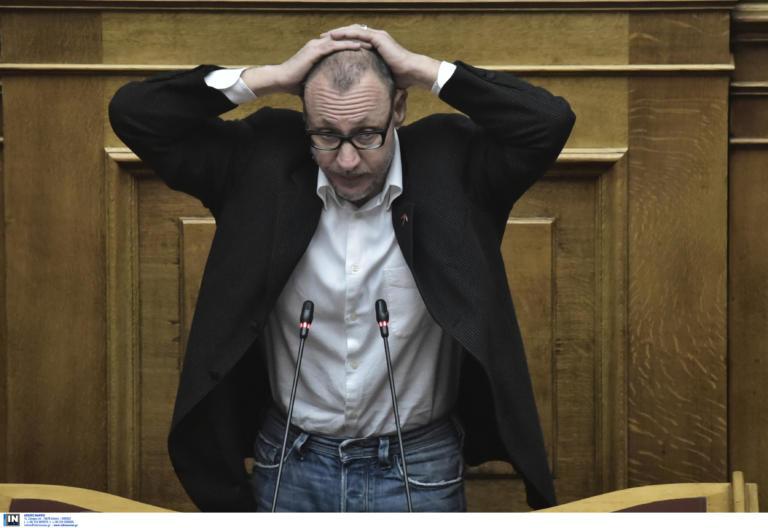 """Κλέων Γρηγοριάδης: Η πρωτότυπη διαμαρτυρία του στη Βουλή! """"Παραδίνομαι"""""""
