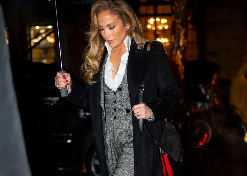 H Jennifer Lopez με το τέλειο masculine σύνολο   tlife.gr