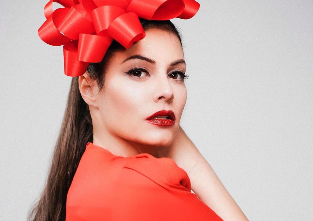Μαρία Κορινθίου: Ποζάρει ως αγιοβασιλίτσα φορώντας μόνο τα εσώρουχά της!