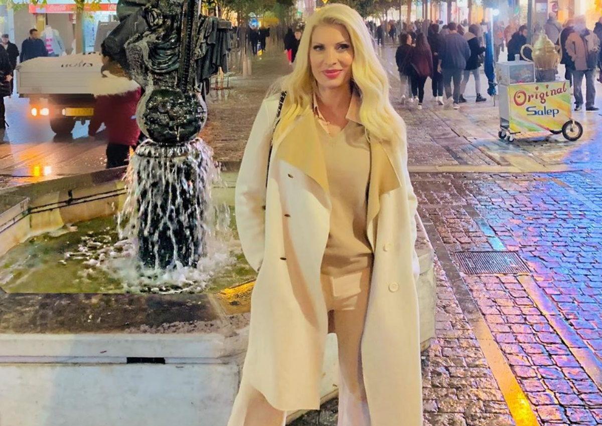 Ελένη Μενεγάκη: Βραδινή βόλτα στο στολισμένο Σύνταγμα! [pics] | tlife.gr