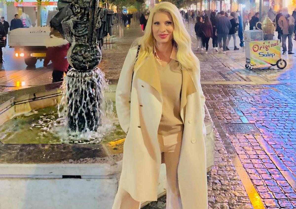 Ελένη Μενεγάκη: Βραδινή βόλτα στο στολισμένο Σύνταγμα! [pics]