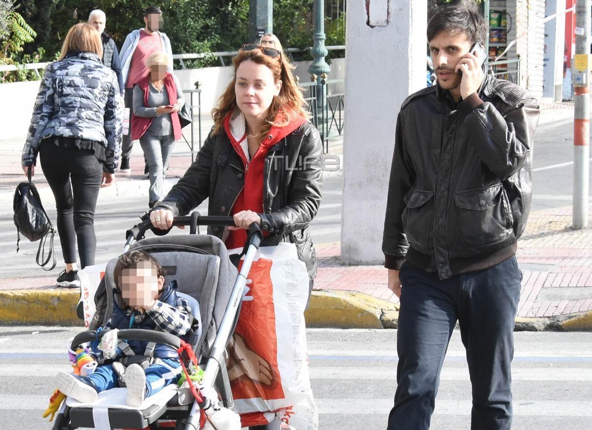 Λένα Παπαληγούρα – Άκης Πάντος: Πρωινή βόλτα με τον γιο τους, Αναστάση, στο κέντρο της Αθήνας [pics]