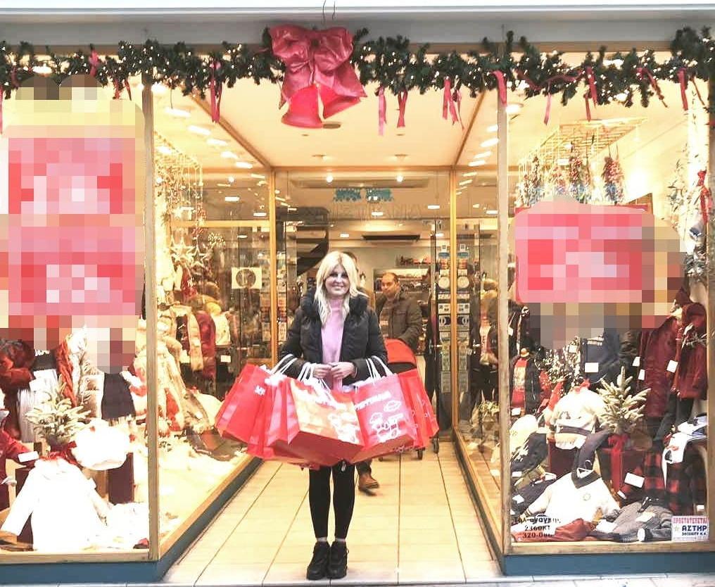 Έλενα Ράπτη: Γιατί βγήκε από το μαγαζί κρατώντας τόσες πολλές σακούλες με δώρα;