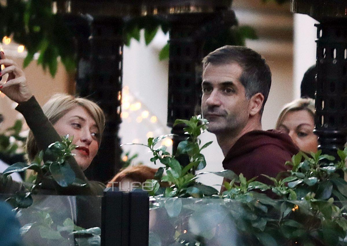 Κώστας Μπακογιάννης – Σία Κοσιώνη: Γιορτινές βόλτες στο Σύνταγμα με τον γιο τους! [pics] | tlife.gr