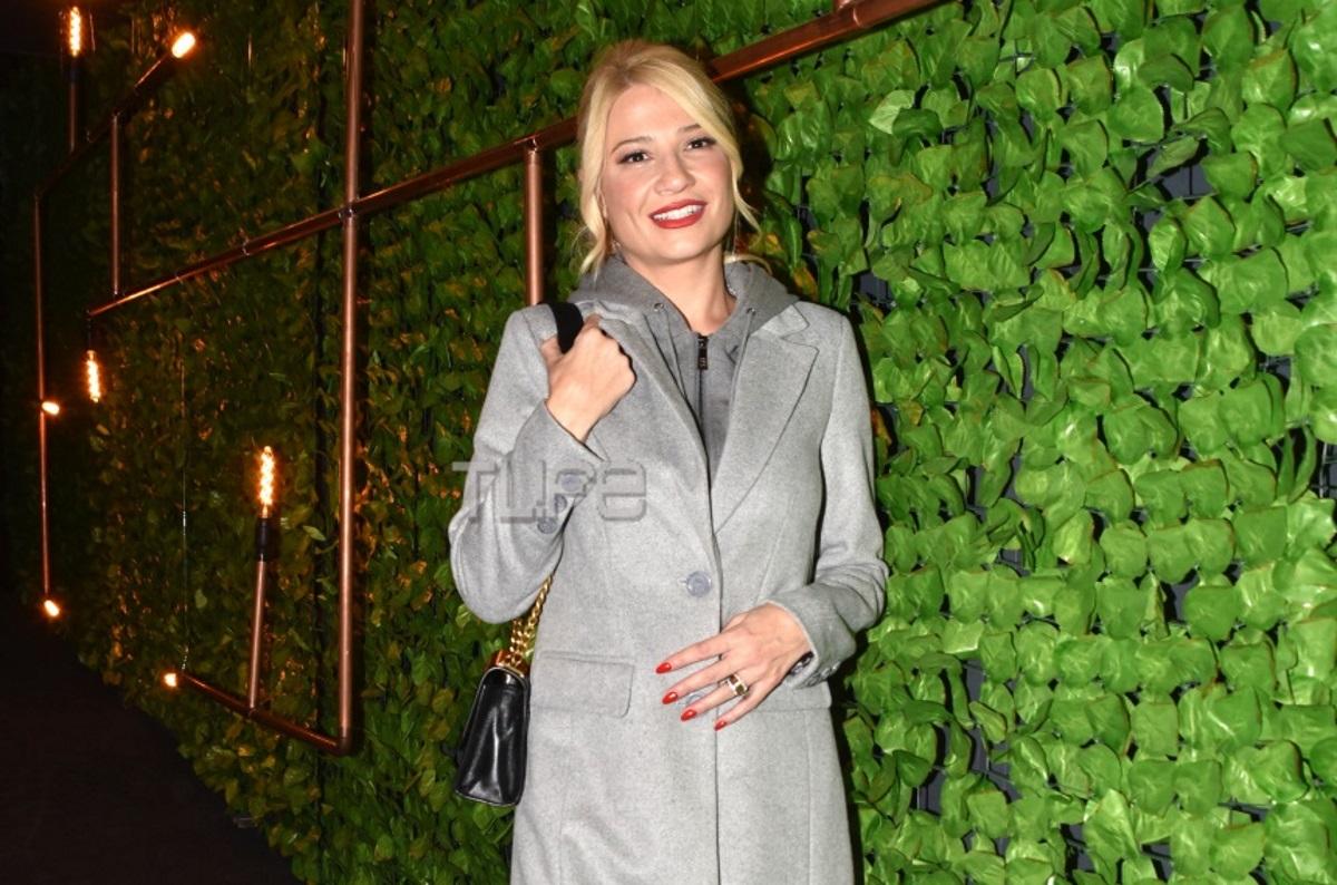 Φαίη Σκορδά: Σπάνια θεατρική έξοδος με casual chic look! Ποιες επώνυμες κυρίες συνάντησε; [pics]