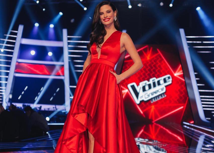 Η Χριστίνα Μπόμπα με total red look στον τελικό του Τhe Voice!
