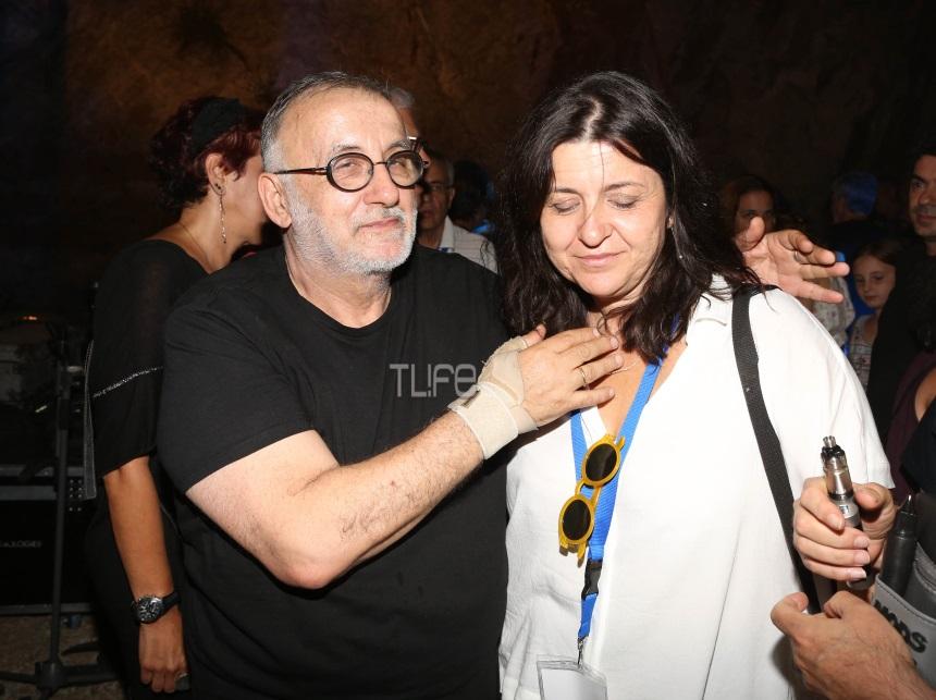 Θάνος Μικρούτσικος: Συγκλονίζει η σύζυγός του με τα λόγια αγάπης στην κηδεία του ΒΙΝΤΕΟ | tlife.gr