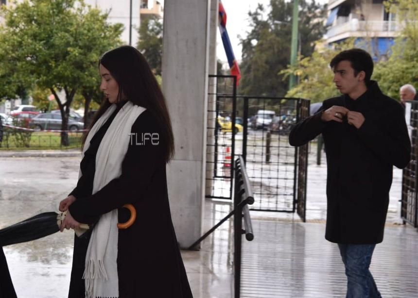 Θάνος Μικρούτσικος: Συντετριμμένοι στο τελευταίο αντίο η σύζυγός του Μαρία, η κόρη του Αλεξάνδρα και ο γιος του Στέργιος | tlife.gr
