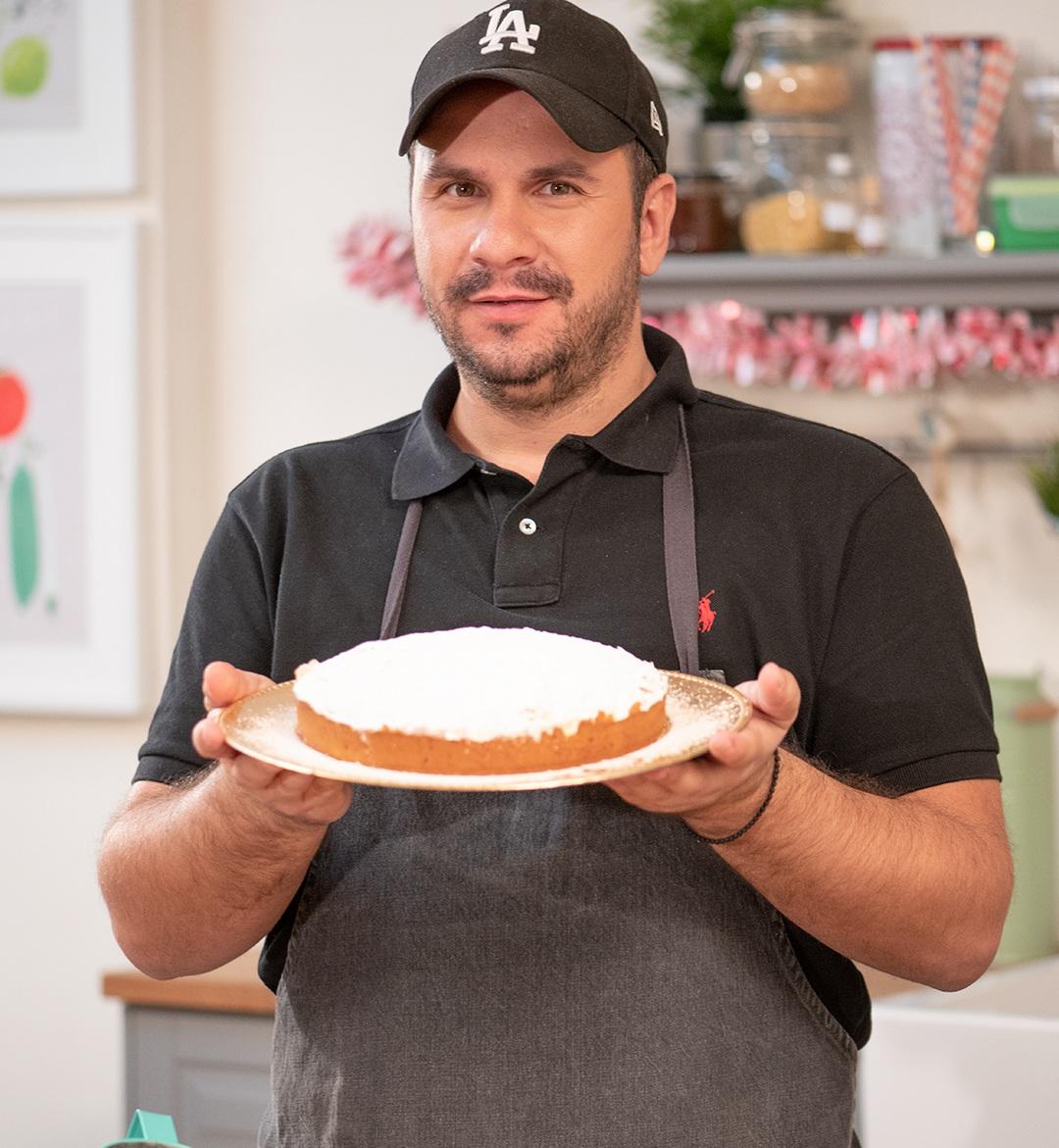 Ο Τάσος Αντωνίου μας δίνει τη συνταγή για την πιο αφράτη και πανεύκολη βασιλόπιτα! | tlife.gr