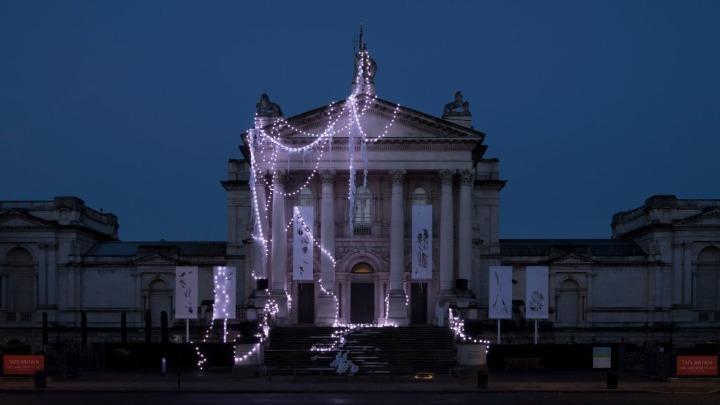 Η «χριστουγεννιάτικη» πρόσοψη της Tate Britain!   tlife.gr
