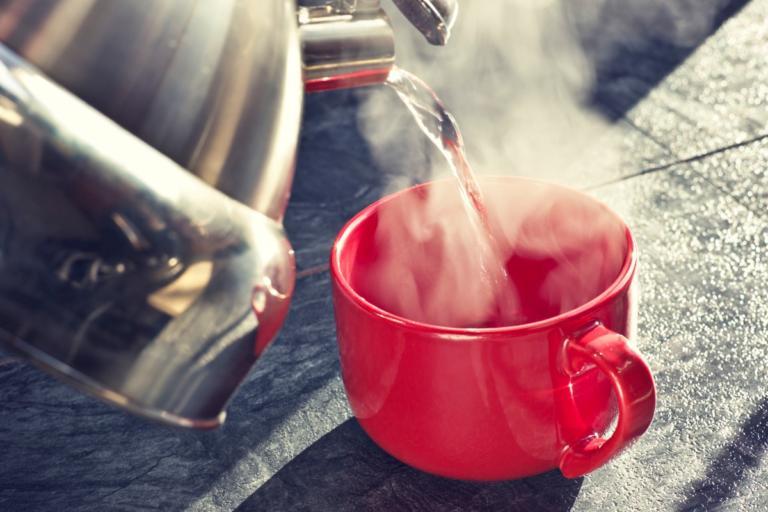 Τι κερδίζεις όταν πίνεις ζεστό νερό – Σε τι θερμοκρασία πρέπει να φτάνει