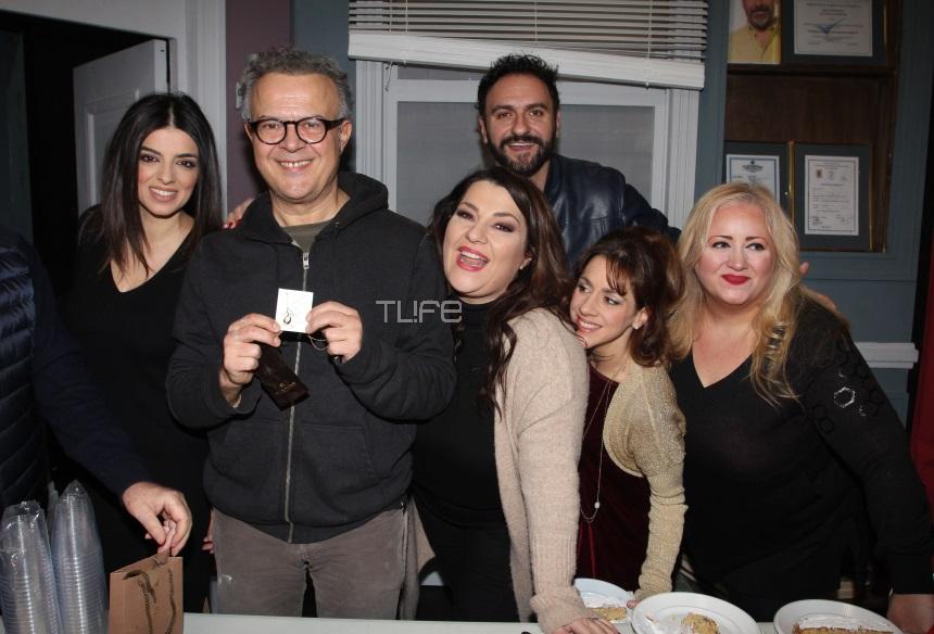 Οι πρωταγωνιστές της παράστασης «Η Σκούπα» έκοψαν πρωτοχρονιάτικη βασιλόπιτα! Φωτογραφίες | tlife.gr