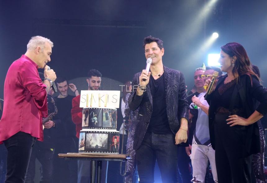 Σάκης Ρουβάς: Η έκπληξη επί σκηνής για τα γενέθλιά του! Φωτογραφίες – Βίντεο | tlife.gr