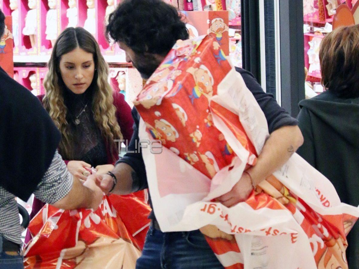 Αθηνά Οικονομάκου: Ψωνίζει δώρα στον γιο της μαζί με τον Φίλιππο Μιχόπουλο, λίγο πριν φύγει για Νέα Υόρκη! [pics] | tlife.gr
