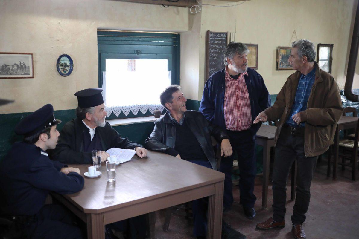 Το Καφέ της Χαράς: Ο Πώποτας παθαίνει έμφραγμα και ο Φατσέας παίρνει μίζες για ρουσφέτια! | tlife.gr
