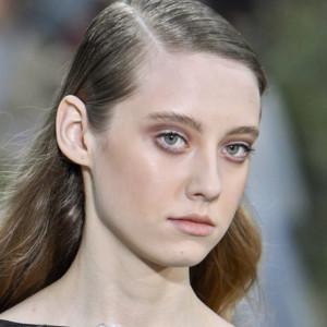 Πώς να κάνεις το slicked-back hair που είδαμε στο couture show της Chanel!