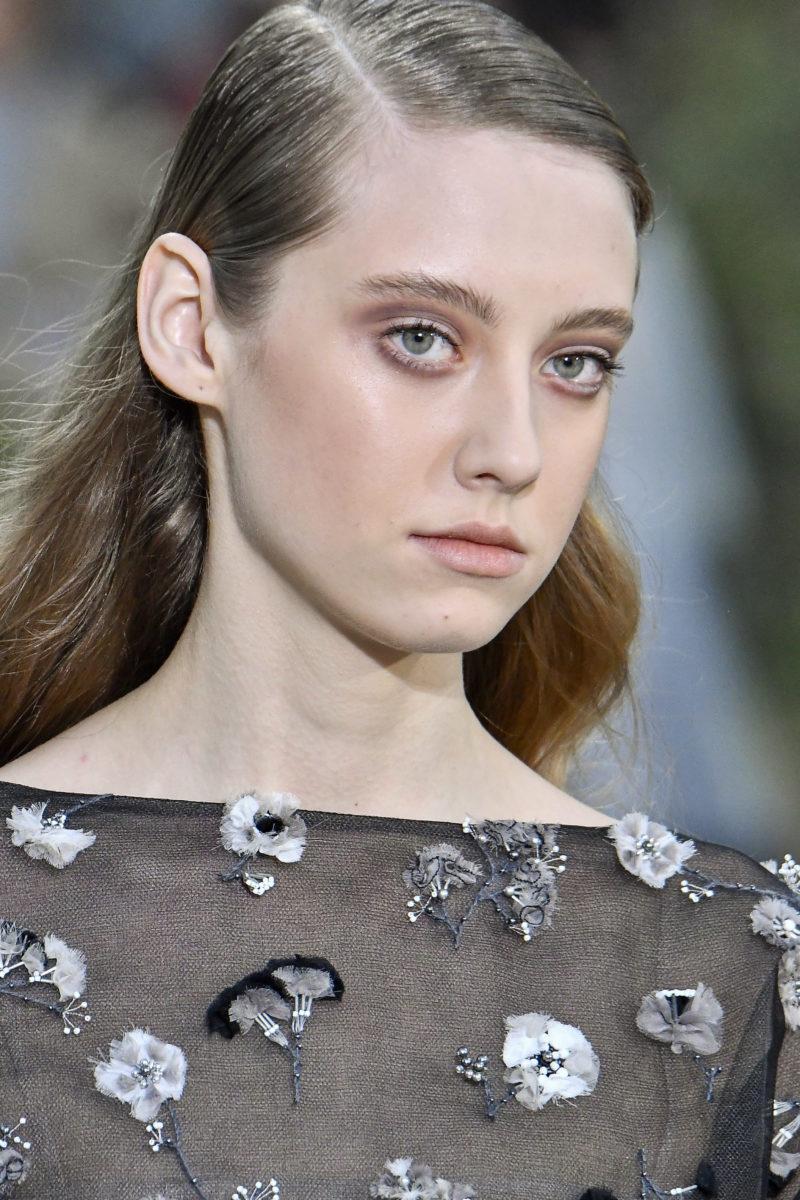 Πώς να κάνεις το slicked-back hair που είδαμε στο couture show της Chanel!   tlife.gr