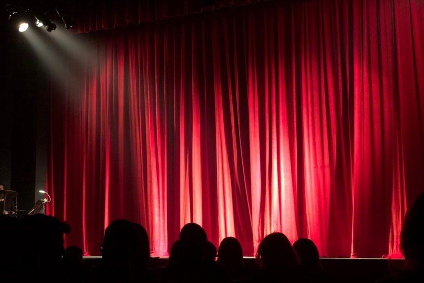 Ατύχημα στο θέατρο για γνωστό ηθοποιό – Έπεσε με το κεφάλι