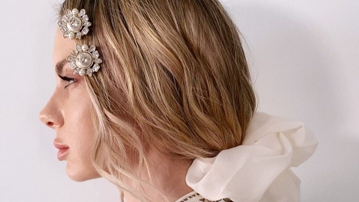 Αυτή η hair stylist χρησιμοποίησε σκουλαρίκια Chanel αξίας 800 δολαρίων σαν κοκαλάκια στα μαλλιά! | tlife.gr