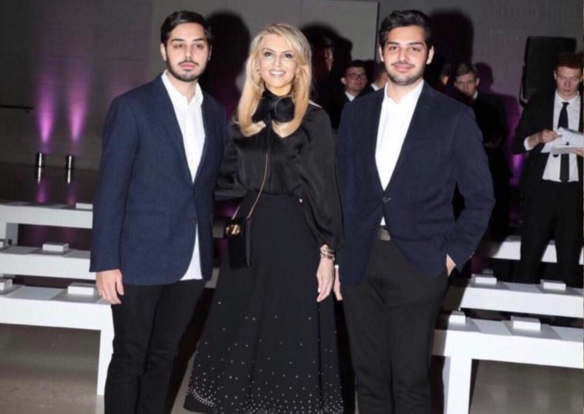 Μπέσσυ Λαιμού: Κομψή εμφάνιση με τους δίδυμους γιους της στο fashion show της Celia Kritharioti!
