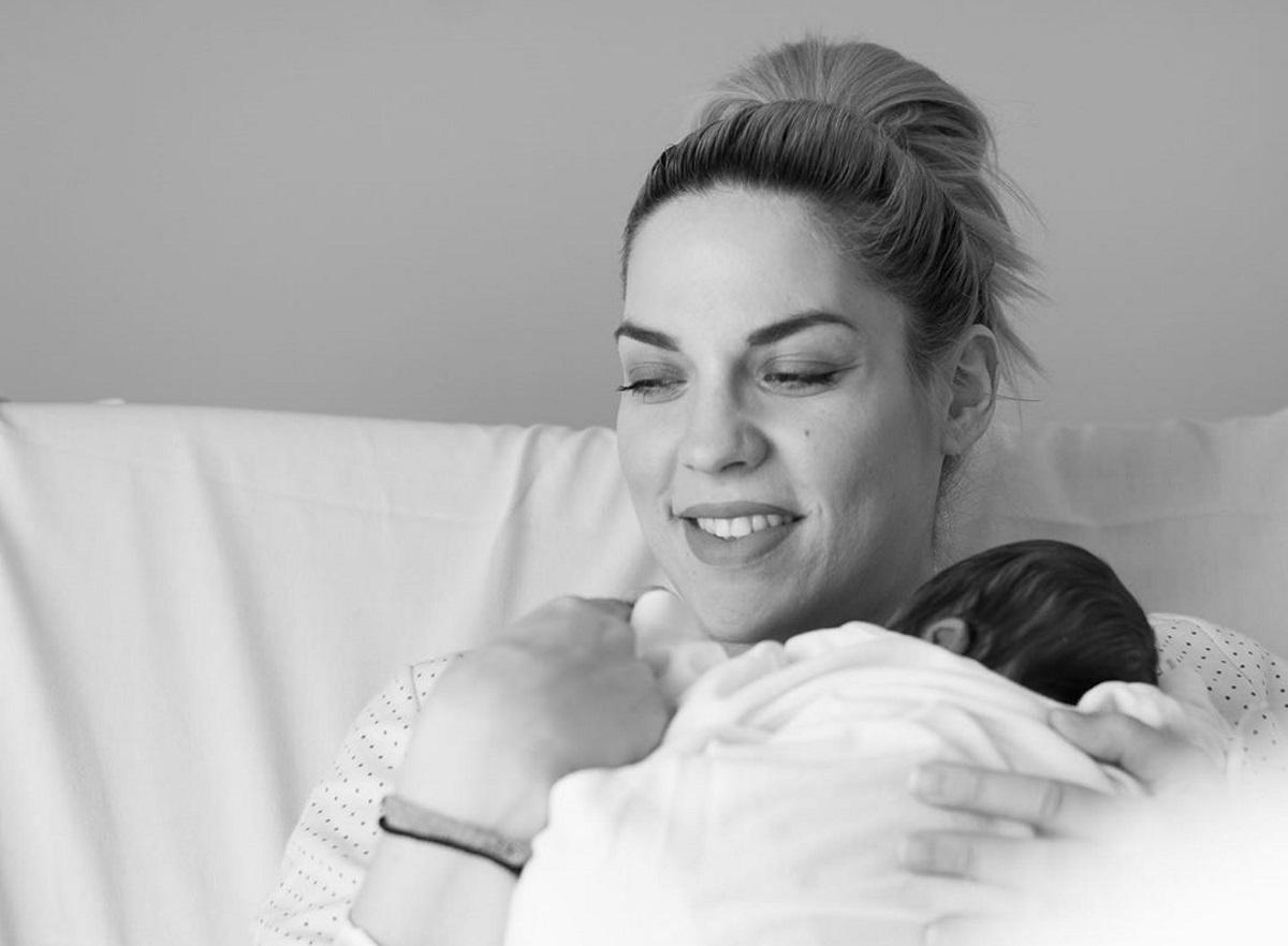 Η Μαντώ Γαστεράτου φωτογραφίζει τον νεογέννητο γιο της – Η χιουμοριστική ανάρτησή της