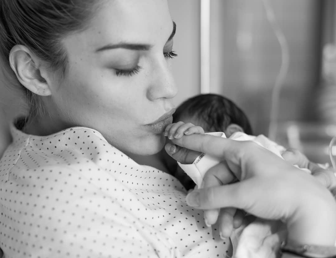 Μαντώ Γαστεράτου: Στον παιδίατρο με τον δύο μηνών γιο της για να κάνει το πρώτο του εμβόλιο! | tlife.gr