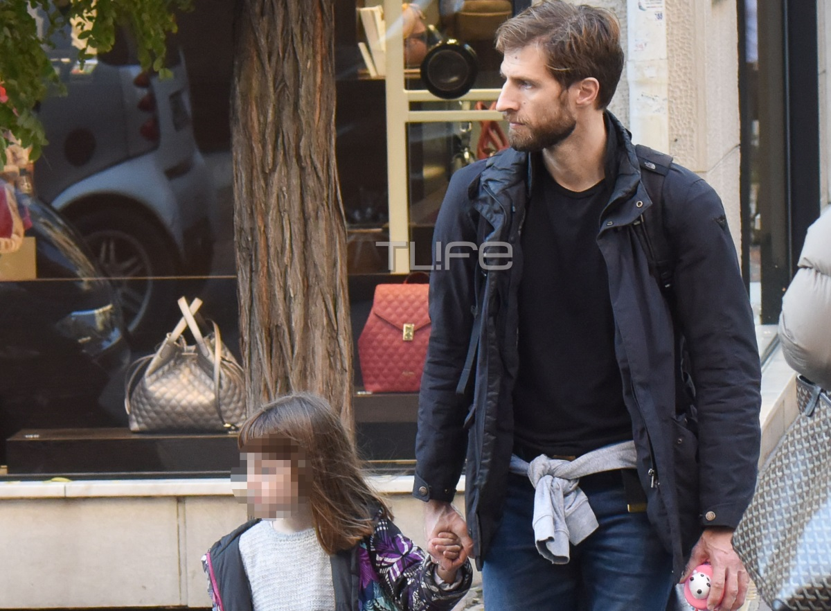 Μάξιμος Μουμούρης: Βόλτα στο κέντρο της Αθήνας χέρι – χέρι με την κόρη του [pics]
