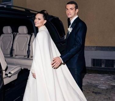 Γάμος Σταύρου Νιάρχου: Oι νέες φωτογραφίες της νύφης, με λεπτομέρειες από το Valentino νυφικό της!